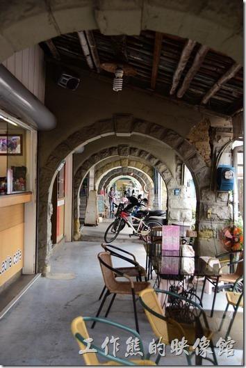 兩層樓房的建築,磨石子的外牆與牌樓,以及圓拱形的騎樓是我們對「旗山老街」的印象,不過這種建築也不是旗山老街的專利,台灣很多日劇時代的商店街幾乎都是這種形式,位於台南市的新化老街,也有相似的建築。