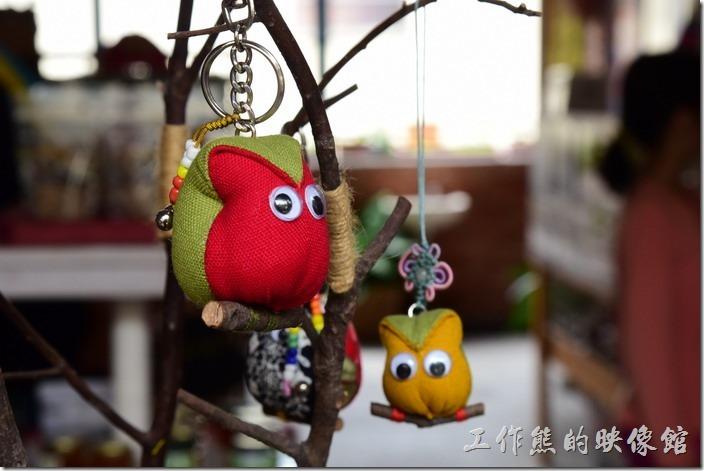 築夢工坊原民手工藝品內販賣的貓頭鷹吊飾商品。