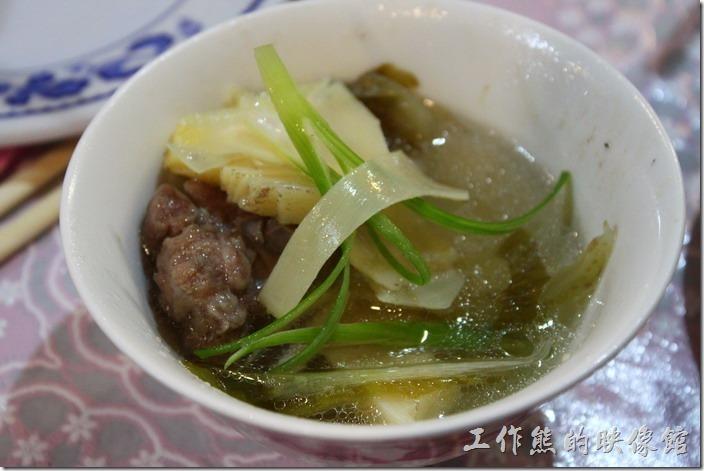 高雄那瑪夏木之屋餐廳。竹筍排骨湯–竹筍、酸菜葉及排骨燉煮的湯,非常清爽美味,超好喝的。