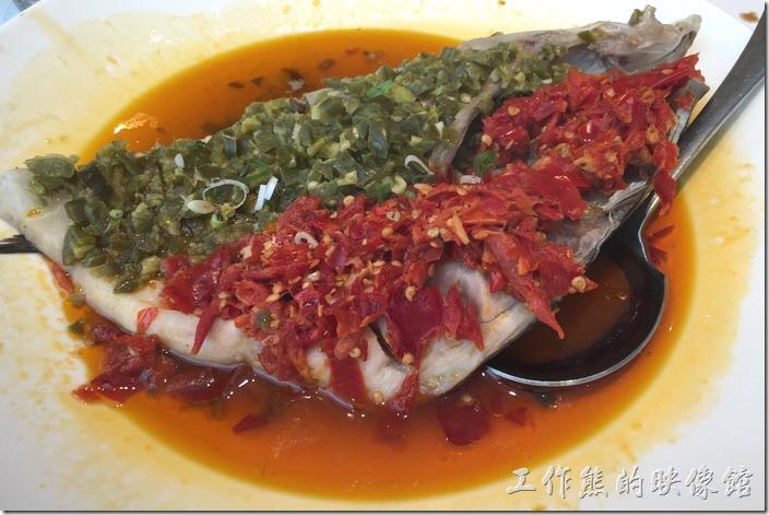 台北南港-1010湘。霸王魚頭(半顆),NT400。就是剁椒魚頭啦!如果沒有記錯的話這應該是大頭鰱,所以沒有什麼魚刺,臉頰及眼睛老饕搶著吃。這道菜可是湘菜裡必點的一道名菜,這魚頭有分辣度,點菜的時候可以自由選擇,吃這到菜的時候不要被紅色的辣椒給騙了,一般都是綠色的比較辣,敢吃辣的朋友可以拿一點剁膠一起食用,其實沒有想像中的辣!