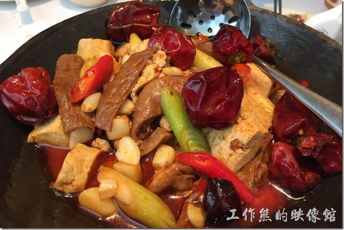 台北南港-1010湘。臭豆腐肥腸阿干鍋,NT399。工作熊推薦這道「臭豆腐肥腸阿干鍋」。臭豆腐吃起來味道還蠻重的,還蠻有嚼勁的,肥腸燜煮的也夠爛,不會讓人要不斷,又是一道下飯的好菜,就是蒜頭多了點,不想吃到蒜頭時還得挑掉。