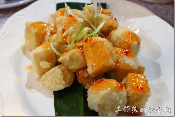 高雄那瑪夏木之屋餐廳。脆皮炸豆腐,豆腐上面淋上甜辣醬,外酥內軟的口感,不輸平地的口味,你應該會喜歡~