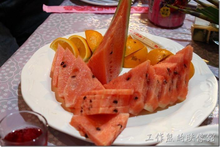 高雄那瑪夏木之屋餐廳。飯後水果–西瓜與柳丁。