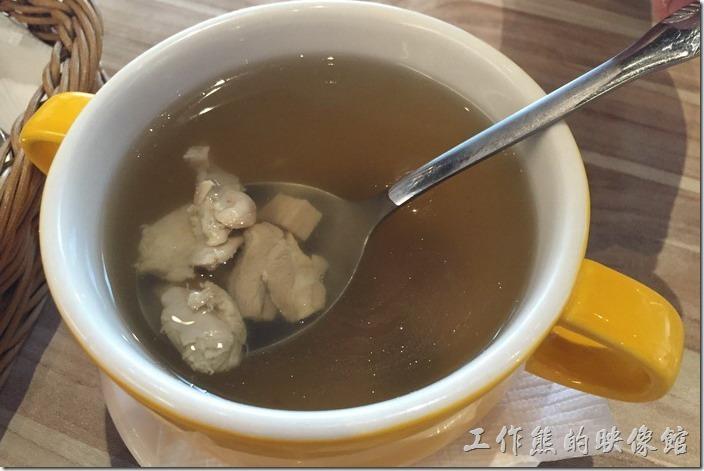 台南-喬義思窯烤手作廚房。加價套餐的例湯,蘑菇雞湯。這雞湯還不錯,蘑菇味道痕蠻濃郁的,雞肉也好吃。