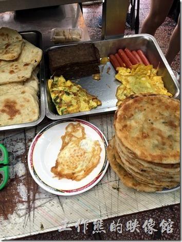 台南勝利早點的餐點就擺放在桌上讓客人自由夾取。