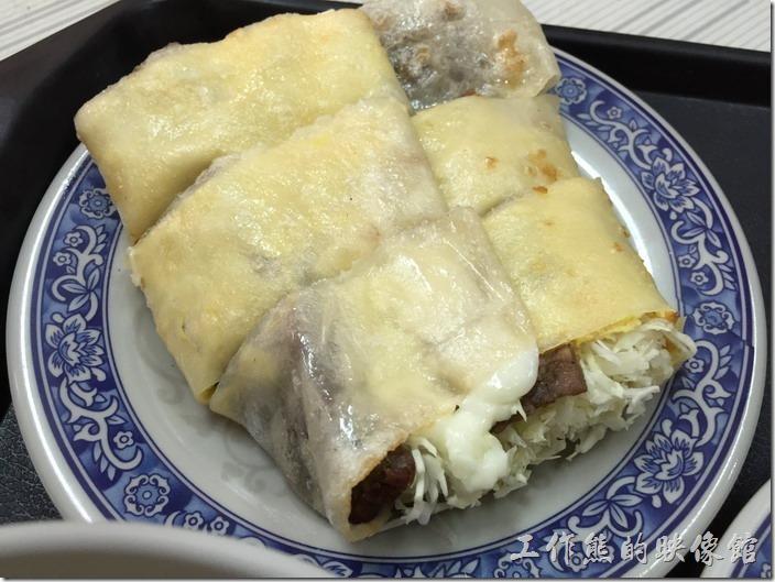 台南-勝利早點。豬肉蛋餅,NT35。蛋餅皮裡頭包著高麗菜沙拉及一片類似豬肉堡的豬肉。