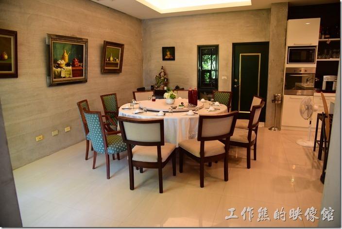 【拾閒堂】餐廳內的環境弄得還不錯,就是住家改裝,主人家大概是想讓客人覺得像在自己用餐的感覺吧!