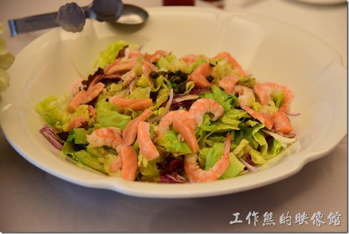 高雄內湖-拾閒堂。第一道就上來好大一盤「海鮮沙拉」剝好的蝦子對切擺在生菜上面,裡頭還有鮭魚生魚片,淋上了和風醬汁,喜歡吃沙拉及生魚片的朋友絕對不能錯過。不過工作熊覺得這蝦子及鮭魚生魚片應該要冰鎮過才比較對生菜沙拉的口感,否則生菜是冷的,而蝦子及鮭魚生魚片則稍微溫溫的,似乎有對不對味。