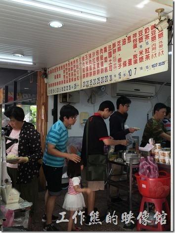台南勝利早點的結帳區,還有一堆人在排隊。