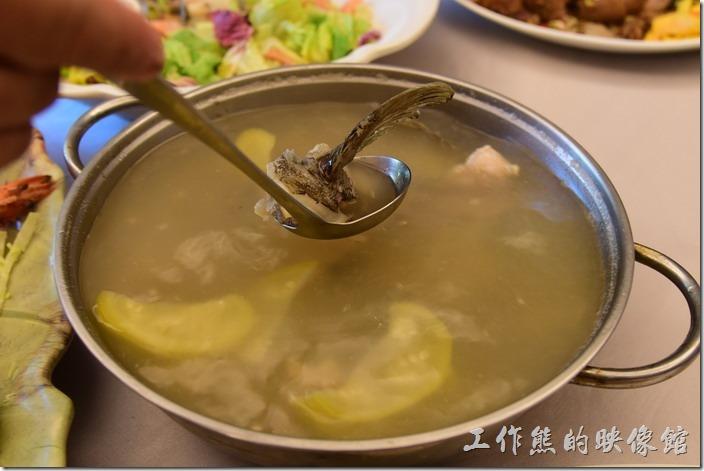 高雄內湖-拾閒堂。石斑魚西瓜綿湯,這裡的調味似乎都非常淡,這西瓜綿吃起來感覺也沒什麼酸味,魚湯雖然新鮮但就是少了那酸酸的感覺。