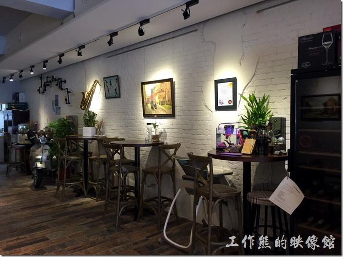 台北南港-issace義式料理廚房餐廳內的環境。