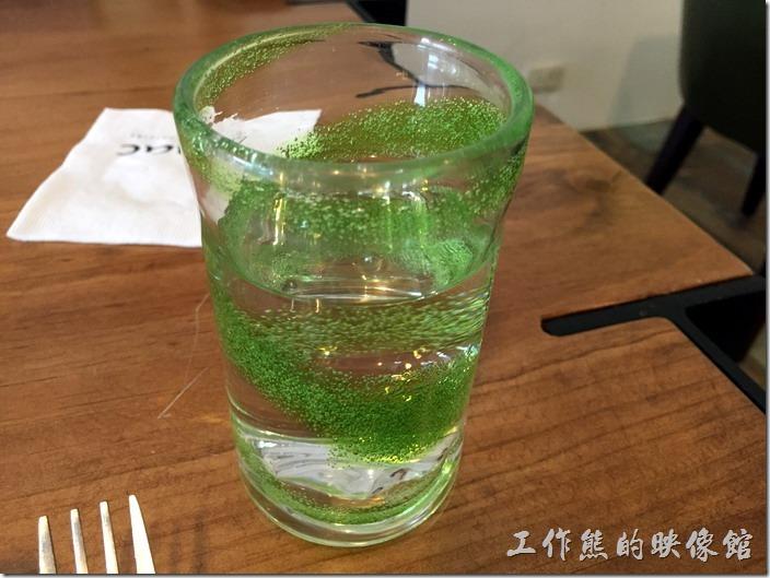 台北南港-issace義式料理廚房餐桌上的水晶杯,好特殊的造型。