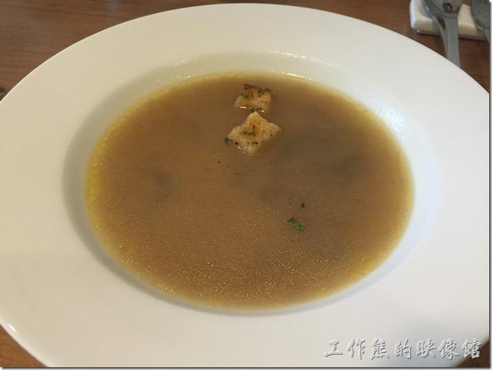 台北南港-issace義式料理廚房。前湯-蘑菇湯,上面有兩片麵包屑,喝起來應該有用洋蔥下去熬煮。