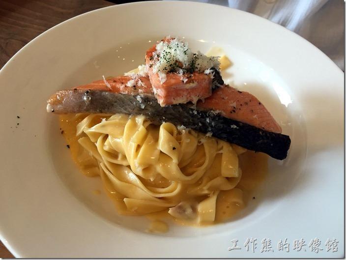 台北南港-issace義式料理廚房。奶油起士蛋黃手工寬麵佐先鮭魚,NT350。這鮭魚的用料也是很啊莎莉的超大一片,讓人吃了超滿足,不過湯汁依然太少了,湯汁是義大麵的靈魂啊!