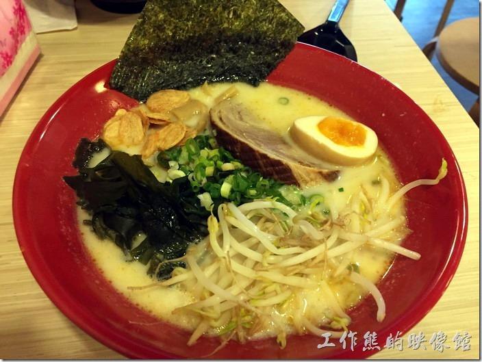 台北南港-男子漢拉麵。這一碗就是工作熊個人推薦這裡的【蒜味豚骨叉燒拉麵】,NT135。其湯頭的味道非常的濃郁厚實,讓人喝了還想在喝,上面放了一大塊的厚片豚骨,讓人吃起來超滿足,個人覺得其口味有點接近工作熊之前去日本吃過的「熊本王樣拉麵」,拉麵的特色就是豬骨湯頭添加非常多的大蒜,還會灑上少許炸過的蒜頭酥與新鮮的蔥花,麵條偏硬,如果不敢吃大蒜的朋友得考慮一下。