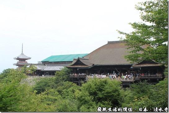 這清水寺就是要從這個角度拍過去才漂亮啊!可惜有個建築物的屋定有施工。