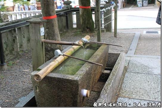 日本京都府-清水寺,日本人認為人的手及嘴巴最不乾淨了,所以幾乎每個大寺廟前都有一個淨水池讓前往頂禮膜拜的信徒可以淨身、淨手及淨口。