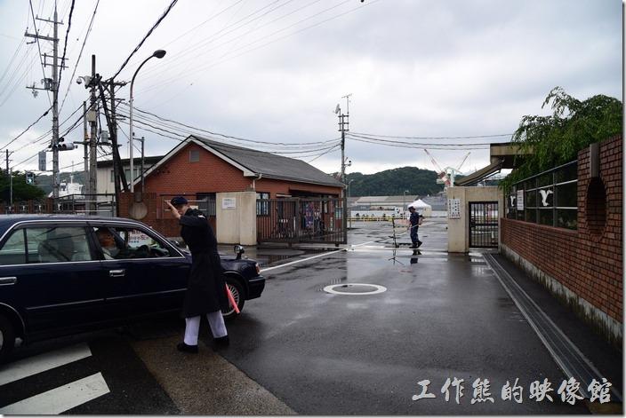 這就是日本舞鶴基地北吸棧橋「海上自衛隊」營區的入口,後面的白色帳篷是登記參觀處。