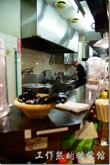【橫濱家系ラーメン本町商店】(橫濱家族拉麵)店內的情形,好像只有吧台的座椅而已。