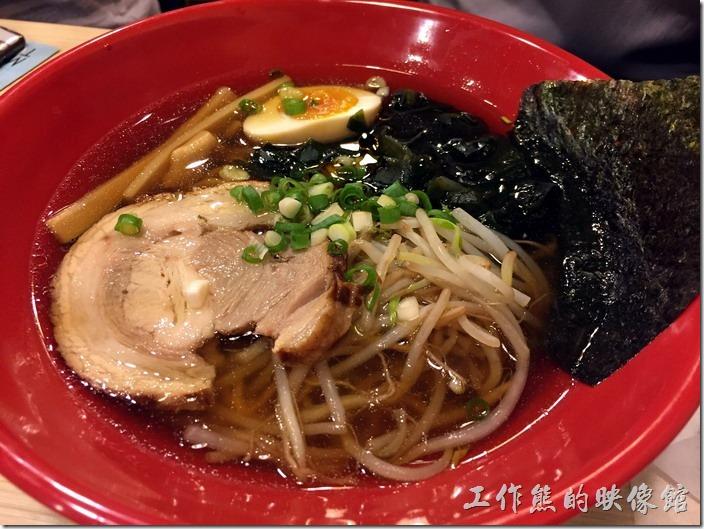 台北南港-男子漢拉麵。豚骨醬油叉燒拉麵,NT135。配料都一樣,就是醬油拉麵的湯頭,工作熊個人覺得有點清淡,大概是重口味吃習慣了。