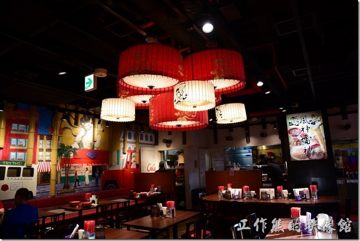 【風神雷神】店內的景緻,內部裝潢似乎稍有不一樣,但一樣維持紅色的調調。