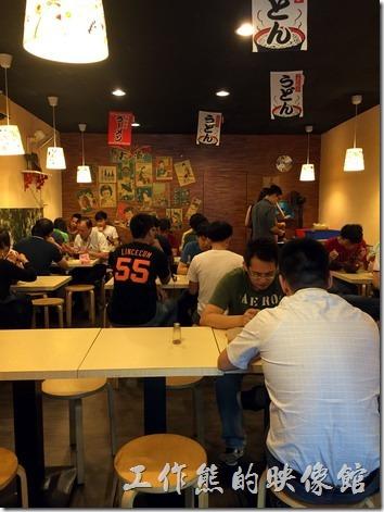 台北南港的男子漢日式拉麵的內部裝潢。