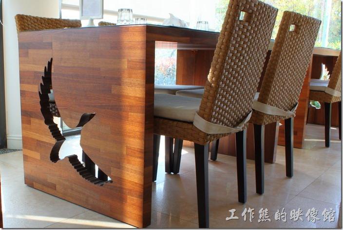 台南新營-華味香鴨肉羹。新營華味香旗艦店餐廳內的餐桌有鴨子飛翔的鏤刻飾紋,用以跟其鴨肉羹相配合。
