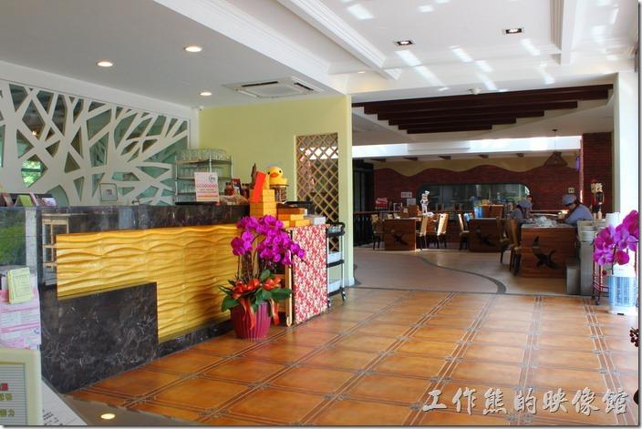 台南新營-華味香鴨肉羹。新營華味香旗艦店的櫃台,餐廳內的佈置及裝潢算是很好了,也可以說有點特色。