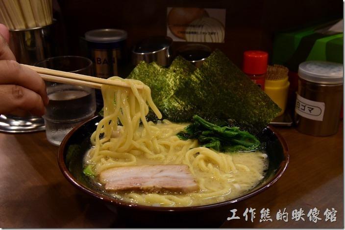 日本-橫濱家系拉麵本町商店。這個就是最便宜的「叉燒鹽味拉麵」,有四片海苔、一塊叉燒、一個鵪鶉蛋、及菠菜。推薦先喝一口湯,嚐嚐它的味道,如果覺得味道不足的可以添加其他的佐料,有辣油、七味粉、白芝麻、蒜末、豆瓣醬、醃黃瓜等配料可以添加。工作熊個人建議添加蒜末,湯頭的味道會往上再提昇一層。這裡的麵條也非常的有彈性好吃。