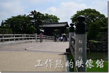 這是姬路城櫻門外的景象。