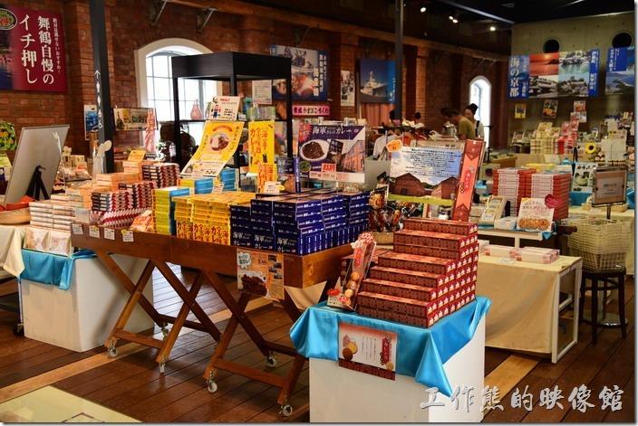 日本舞鶴-紅磚博物館。在舞鶴市政府紀念館內有許多的紀念品販賣。