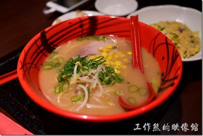 日本環球影城-風神雷神拉麵。這一碗應該是味噌拉麵,味噌的味道似乎好一點,也多了玉米顆粒。