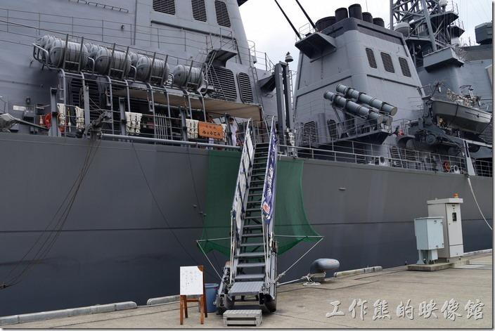 日本舞鶴-海上自衛隊。登艦處有一名水手及一名軍官看守。