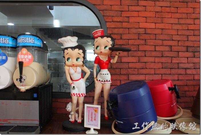 台南新營-華味香鴨肉羹。餐廳內有多個卡通造型的女侍,但工作熊不太記得他們的名字了。