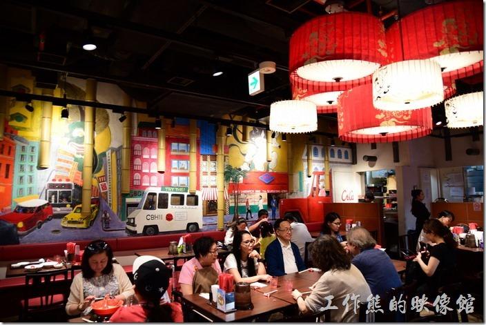 日本環球影城-風神雷神拉麵。工作熊用過餐後離開餐廳前進來了更多的台灣客人。