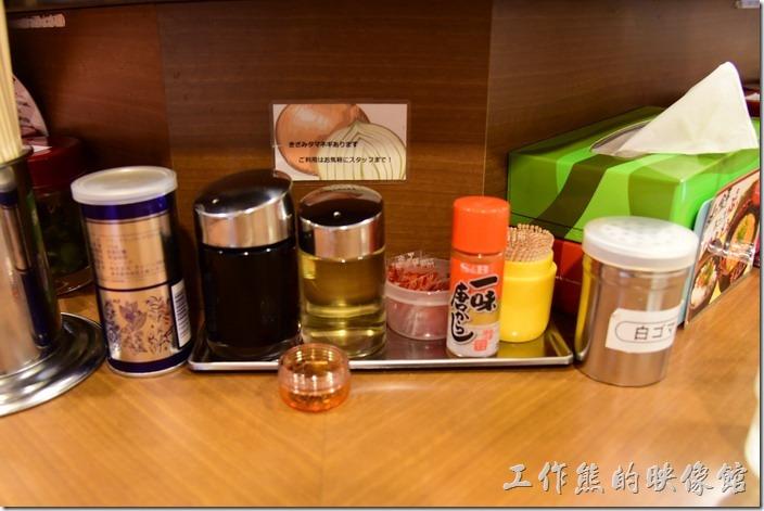 日本-橫濱家系拉麵本町商店。拉麵店內的佐料區,辣油、七味粉、白芝麻、醬油…等。