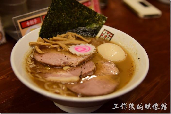 日本-玉五郎拉麵本町店。這【特製鯷魚拉麵】的湯頭喝起來就是不同於我們一般喝習慣的豚骨湯頭,鯷魚湯頭就是鹹,所以一定要配上旁邊免費無限量提供的冰開水,上頭放了三片叉燒肉、筍乾與一顆玉子,還有一片花片,湯頭不會油膩,吃膩了豚骨湯頭的朋友不妨試看看鯷魚湯頭的拉麵。