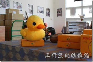 台南新營-華味香鴨肉羹。店內有許多小鴨的造型飾品,就連廁所上面也是用鴨子來表示男、女及親子。