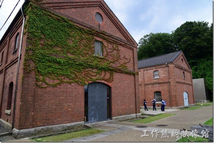 日本舞鶴-紅磚博物館。有些磚牆上也爬滿了爬牆虎之類的藤蔓。