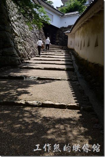 之所以覺得「姬路城」比較好逛的原因之一就是樓梯比較少,取而代之的是坡度不大的斜坡。