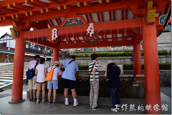 在日本,幾乎神社都有這個舀水淨身的地方,香客參拜前要先潔淨身體。