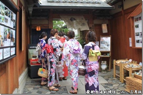 清水寺-二三年坂,一路上有許多穿著和服的日本女孩逛街,膽小的我不敢拍人家的正面,只好偷偷跟在人家的後面拍背影,過乾隱。