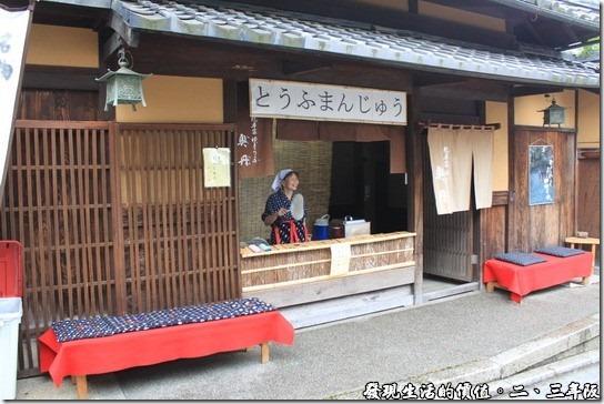 清水寺-二三年坂,有個老奶奶拿著一隻扇子,正在門口招呼客人。