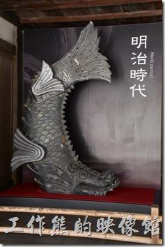 離開姬路城的天守閣後有個地方擺放了不同時期(明治、昭和、平成)的【 ( 鴟(ㄔ)尾與鯱(ㄏㄨˇ)鉾 ( ㄇㄡˊ ))】。