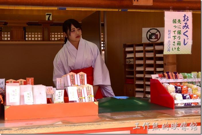 日本-伏見稻荷神社千鳥居。好可愛的巫女。