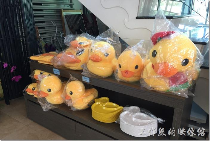 因為是鴨子專賣店,所以店內有許多小鴨造型的飾品,就連廁所上面也是用鴨子來表示男、女及親子。