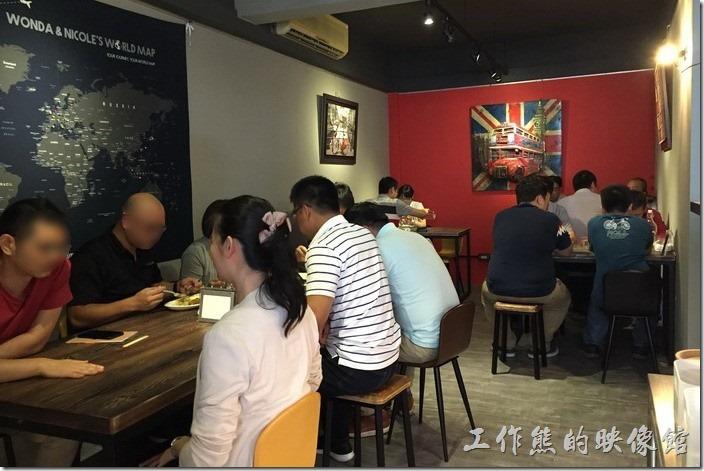 新【蜥蜴咖哩(LIZARD CURRY)】餐廳的內部的環境其實還蠻不錯,雖然附近的環境不是那麼佳。工作熊也沒想到重新開幕不到一個月,客人就多得不得了,吃飯要排隊,外帶的客人也不少。