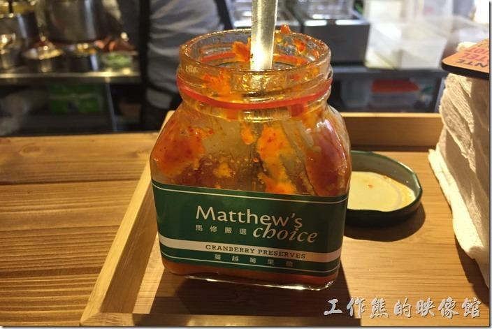 南港-蜥蜴咖哩。這個就是辣醬,如果嫌不夠辣的朋友可以選擇性添加,工作熊個人覺得這辣醬夠嗆,加太多反而會蓋過原來咖哩的味道。