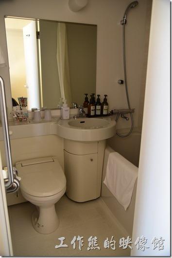 日本-GRAN-MS-KYOTO-Hotel。浴室到是還好,還有個小浴缸,剛有的盥洗用聚集免治馬桶都具備。