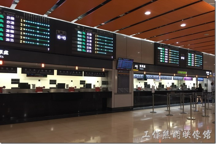 南港高鐵站的售票窗口其實與臺鐵在銅一個樓層,從南港路的入口進地下室B2後一邊是臺鐵的售票大廳,另一邊則是臺鐵的售票大廳。